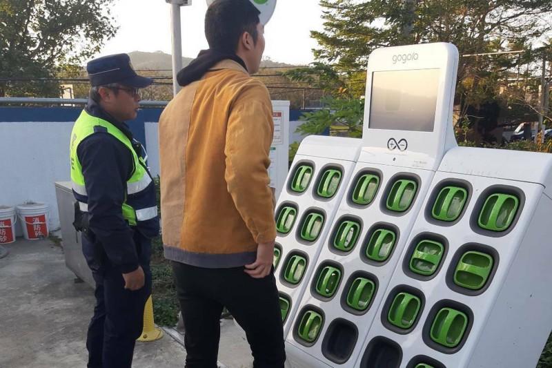 劉男在警方協助下,至3公里外的電池更換站取用電池後,才順利繼續北上。(記者鄭名翔翻攝)
