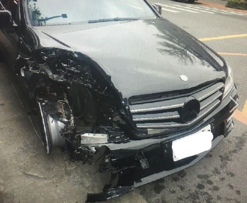 謝男車輛受損嚴重。(記者劉慶侯翻攝)