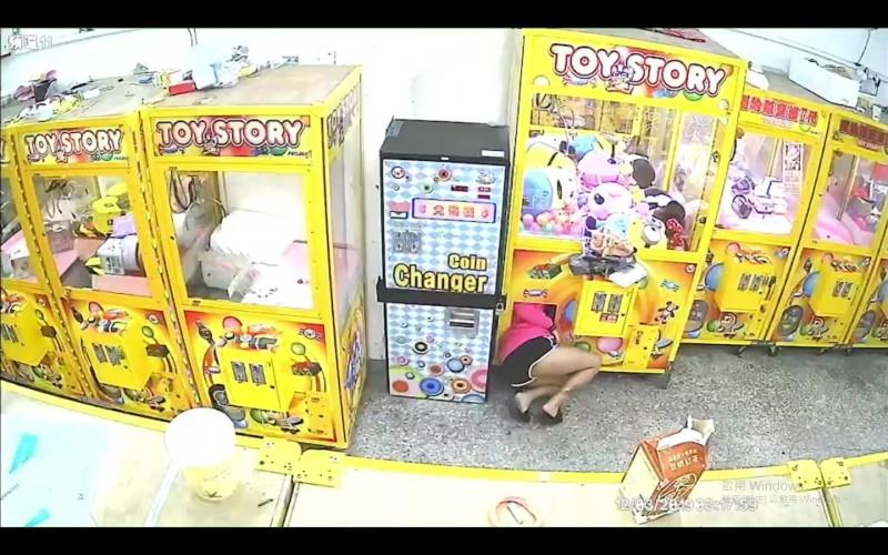 監視器畫面拍下女子行竊過程。(記者王宣晴翻攝)