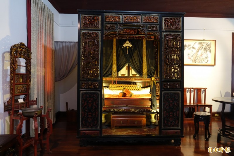 鹿港辜家长辈昔日使用的红眠床。 (记者刘晓欣摄)