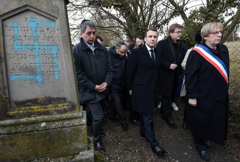 今年2月,法國亞爾薩斯大區夸策奈姆(Quatzenheim)猶太公墓96個墓碑遭損壞,馬克宏到現場視察。(美聯社)