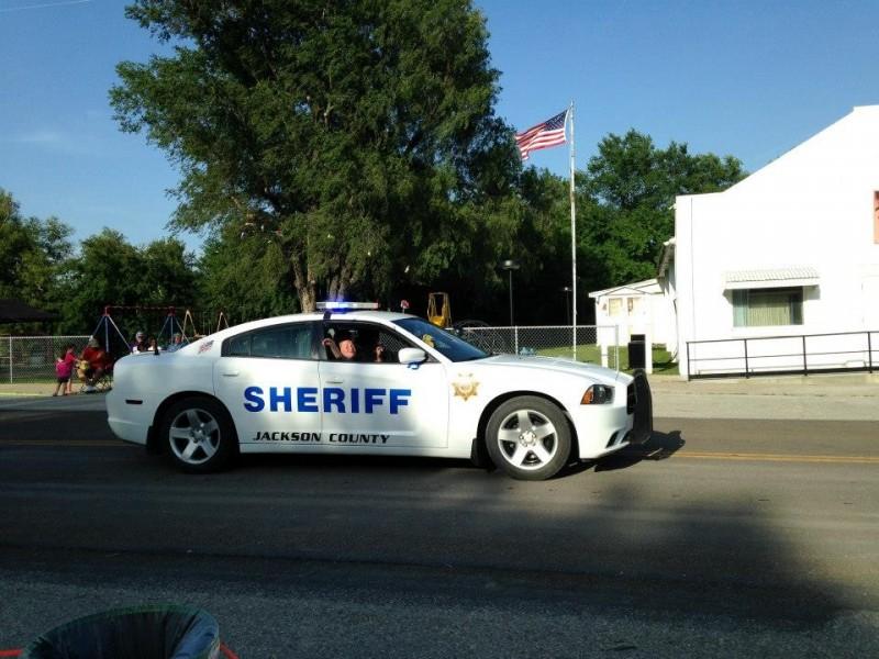 美國堪薩斯州傑克遜郡一名男子因駕照吊銷期間開車、駕駛失竊休旅車被捕,他的弟弟基思見狀便偷了另外一輛休旅車,準備前去監獄保釋哥哥,但也半路落網。傑克遜郡警察示意圖。(圖擷自Jackson County Sheriff's Office Kansas臉書)