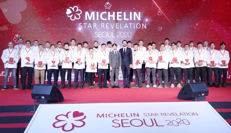 韓國米其林遭傳統韓餐老闆指控,評選員告訴她必須花錢才能摘星,米其林對此則強調都是不實指控。圖為《米其林指南首爾2020》摘星餐廳大合照。(歐新社)