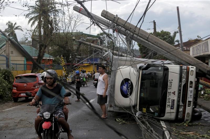 北冕颱風橫掃菲律賓中部,造成至少4死、數十萬人撤離,約500航班停飛。(路透)