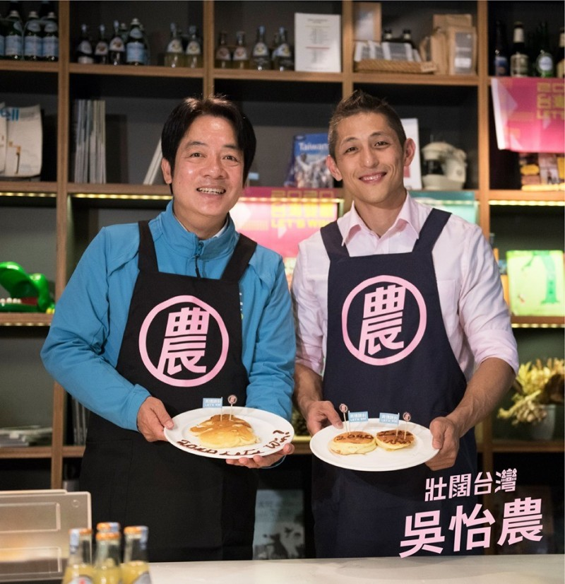 賴清德今天幫吳怡農站台,兩人一起做鬆餅。(圖擷取自吳怡農臉書)