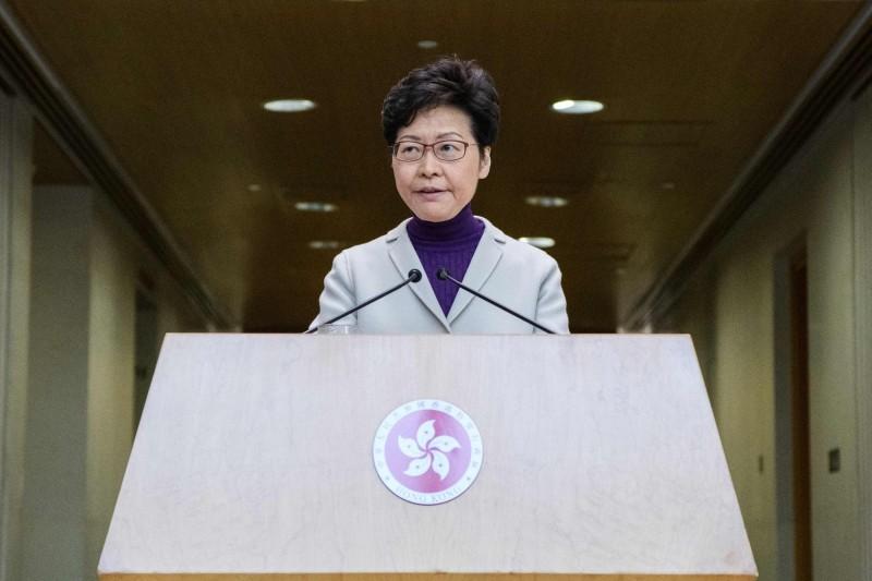 香港泛民派25名立法會議員今天提出動議,擬根據香港基本法第73條第9項彈劾特首林鄭月娥。(法新社)