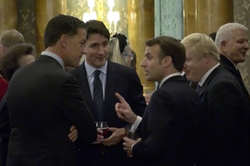 馬克宏似乎與強生、杜魯道談論與川普記者會的趣事,英國安妮公主和荷蘭總理呂特則在一旁聆聽。(美聯社)