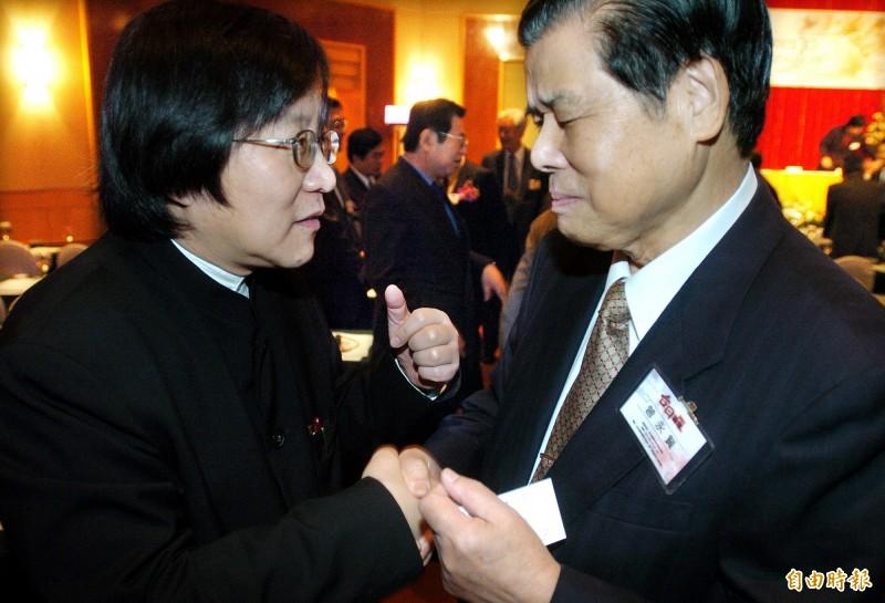 前總統府資政曾永賢(圖右)3日晚間在台北過世,享耆壽97歲,圖為曾永賢在2004年「台日論壇」會議上,向當時的國安會秘書長邱義仁(左)致意的畫面。(資料照)