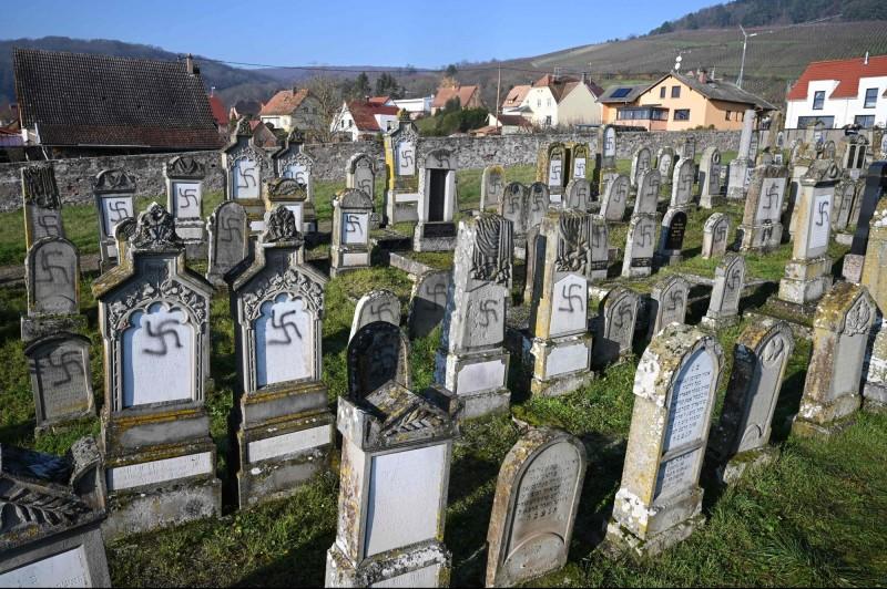 法國東北部一座猶太公墓有107個墓碑被噴上納粹符號和反猶太的塗鴉。(法新社)