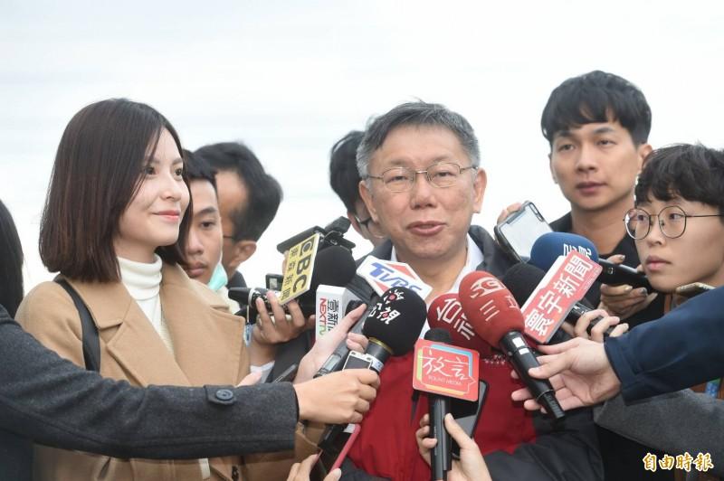 民進黨說「卡神」楊蕙如事件跟他們沒關係,台灣民眾黨主席柯文哲今早受訪不認同地說,以前葛特曼事件,他叫他們交出戰犯,他說吳祥輝,民進黨說跟他們無關,現在問到卡神,也是跟他們無關。(記者劉信德攝)