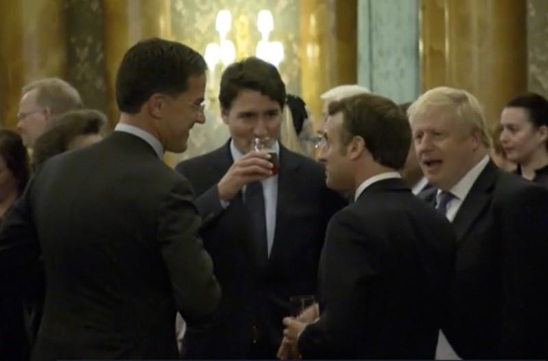 英國首相強生、加拿大總理杜魯道和法國總統馬克宏等人昨天被拍到在白金漢宮一場晚宴中,疑似調侃美國總統川普。(美聯社)