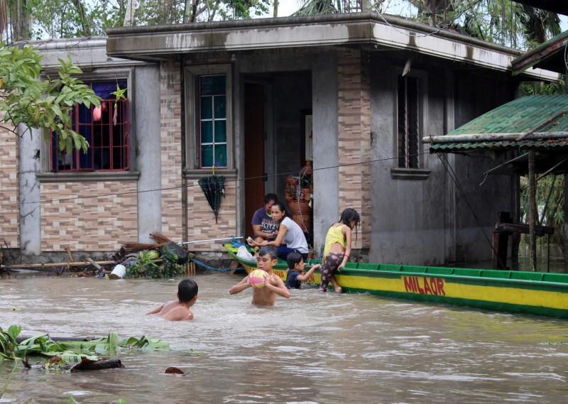 北冕颱風橫掃菲律賓中部,造成至少4死、數十萬人撤離,約500航班停飛。(歐新社)