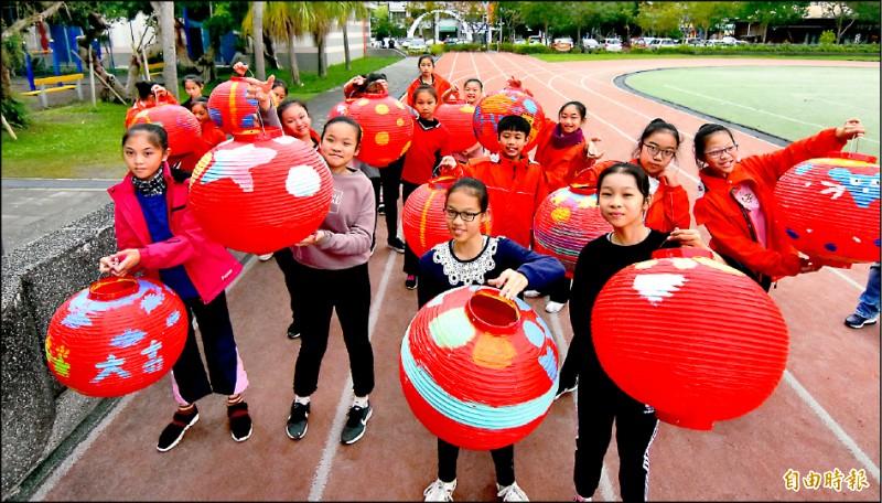 羅東鎮八所國中小學要準備一千二百顆燈籠,最近正如火如荼趕工中,預計春節前組成全國最大的燈塔。(記者張議晨攝)