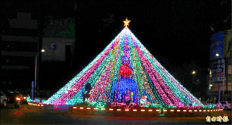 南投市圓環的耶誕樹亮起來,充滿歡樂繽紛氣息。(記者謝介裕攝)