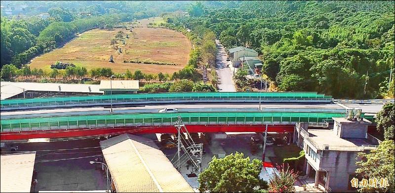 南投市一三九丙線道路新建工程,穿越南投市公所清潔隊辦公房舍,還可俯瞰昔日垃圾場變成青青草原般美景,十分特別。(記者謝介裕攝)