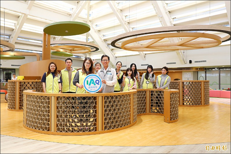 新竹市環保局昨天公佈8處場所獲「今年度新竹市室內空氣品質優良場所」標章,其中包括香山親子館。(記者洪美秀攝)