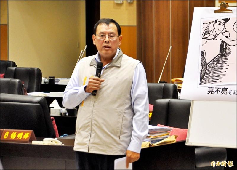 縣議員禹耀東昨天在議會總質詢,憂心苗栗縣引以為傲的「草莓的故鄉」將消失。(記者彭健禮攝)