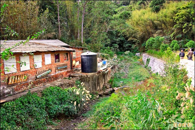新竹縣新埔鎮寶石里被抗議的養豬場,其污水處理池比對寶石溪護岸,讓人懷疑有侵佔行水區之嫌。(記者黃美珠攝)