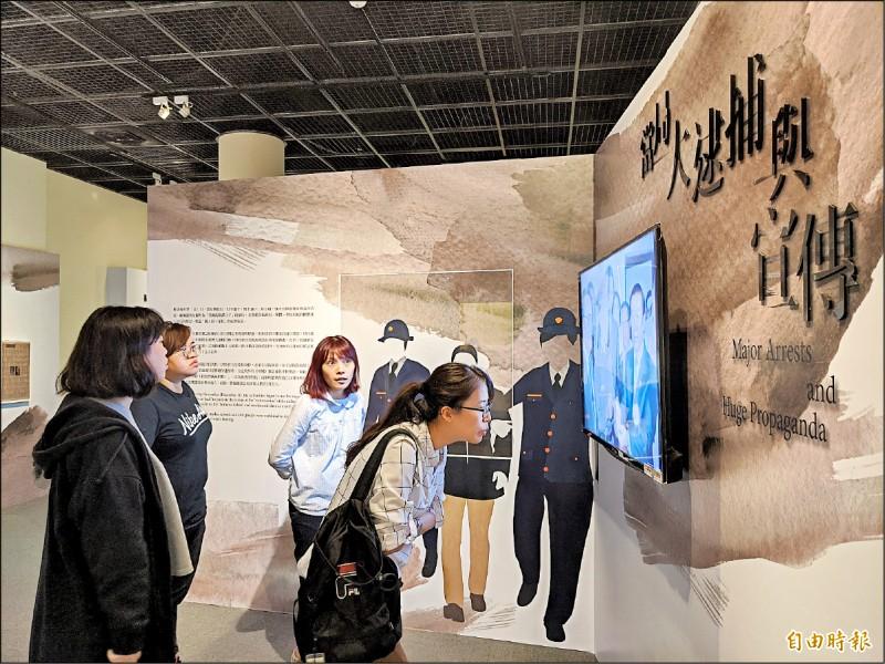 高雄市立歷史博物館推出「回首來時路-屬於我們的美麗之島」特展,重新爬梳台灣這段重要歷史。(記者黃佳琳攝)
