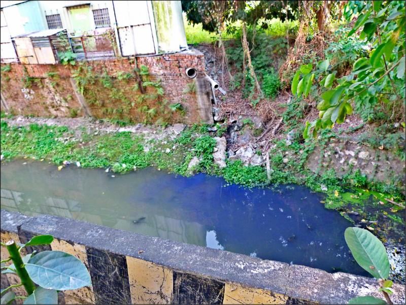 環保局揪出印刷廢水排出廠外,污染後勁溪上游,最重可罰三百萬元。。(記者陳文嬋翻攝)