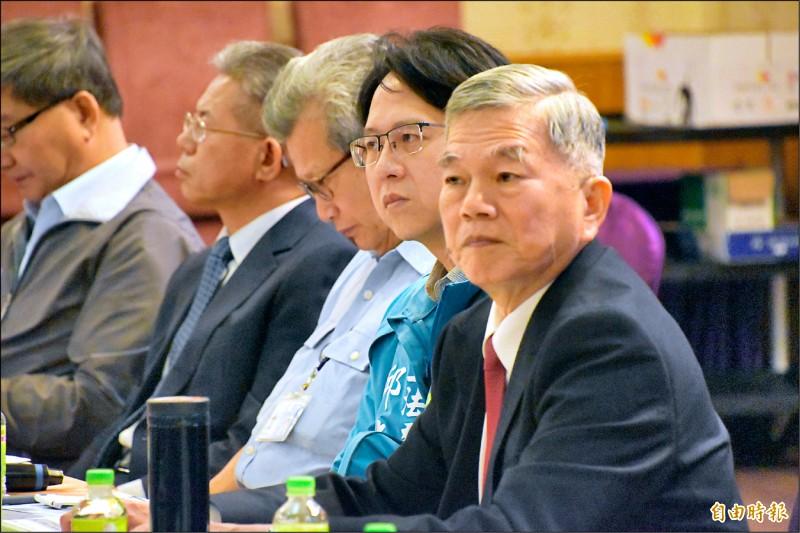 經濟部長沈榮津(右)等官員今天南下高雄岡山與螺絲扣件業者座談,聽取業者的經營困境。(記者蘇福男攝)