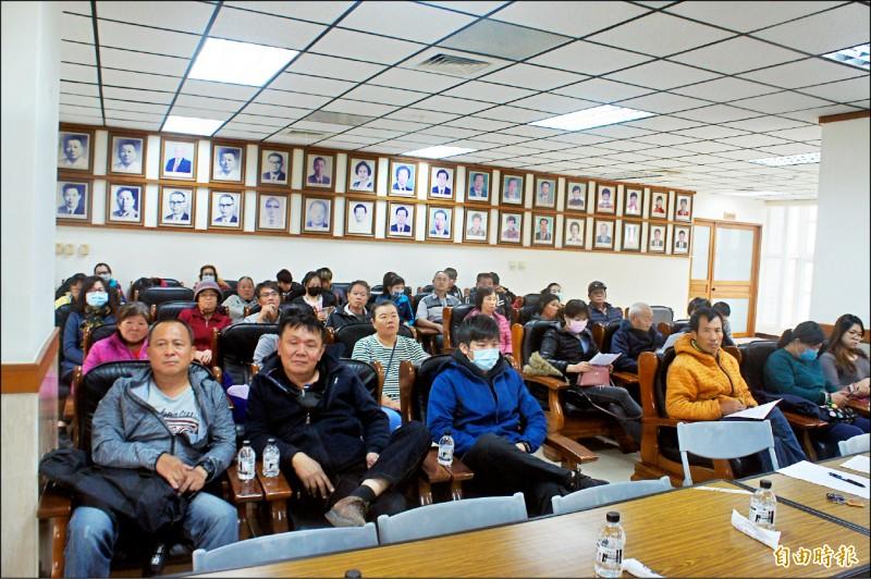 反續建大倉媽祖的村民赴議會陳情,會議室座無虛席。(記者劉禹慶攝)