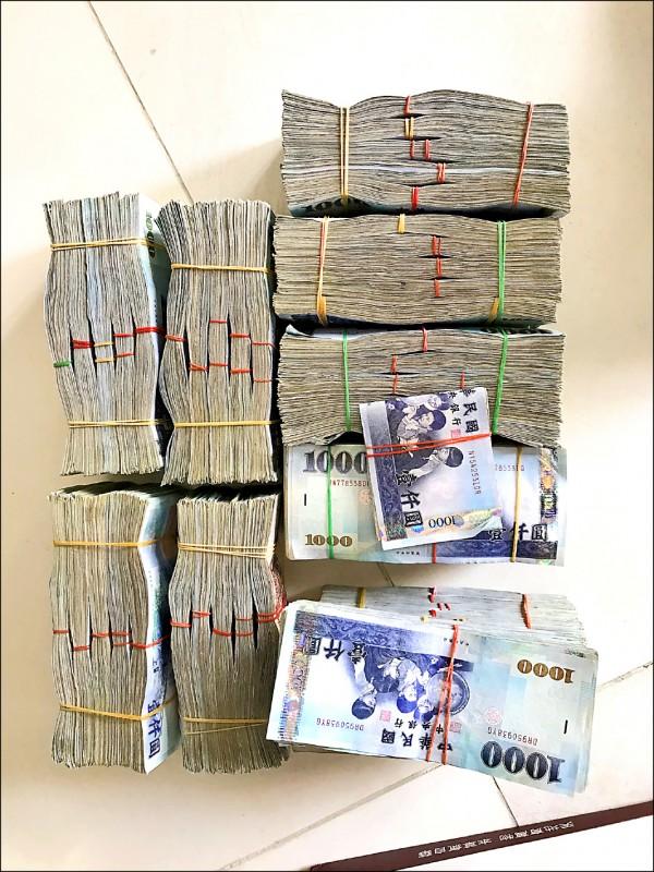 檢警調查扣外幣約50萬元、台幣650萬元現金。(記者王善嬿翻攝)