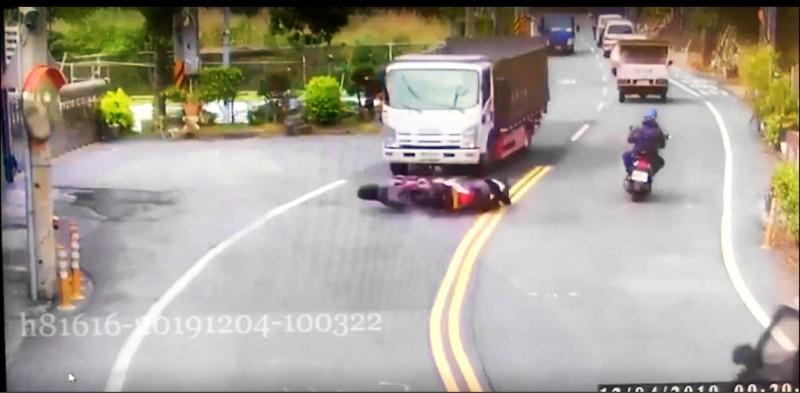 傅姓陽光型男騎機車疑過彎失控,連人帶車衝入對向大貨車底。(記者吳仁捷翻攝)