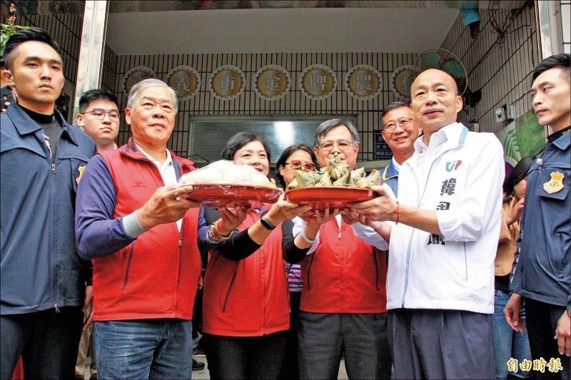 韓國瑜昨天至嘉義市東區頂庄社區與長者共餐,社區送上包子和粽子祝福他的選情。(記者許麗娟攝)