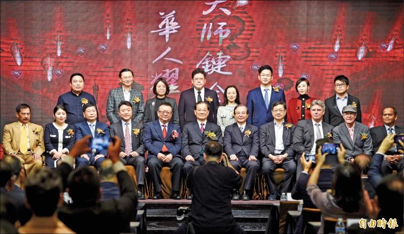 獲中國當局同意在北京設立據點,成為第一家獲中方同意落地的台灣媒體「大師鏈」昨日於台北舉行國際記者會,國民黨榮譽主席連戰(前排右六)應邀出席。(記者羅沛德攝)