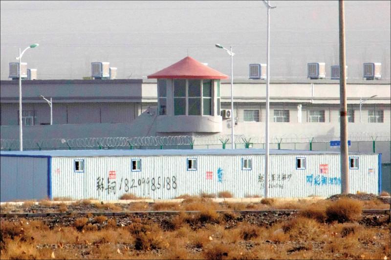 美國聯邦眾議院通過維吾爾人權政策法案,要求總統譴責中國壓迫新疆維族等穆斯林少數民族,制裁與壓迫新疆維族等穆斯林少數民族有關的中國官員。圖為被指設有「再教育營」的新疆阿圖什昆山產業園區。(美聯社檔案照)