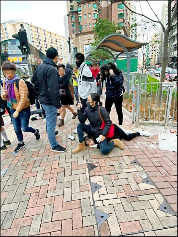 香港警方四日上午在九龍土瓜灣埋伏逮捕四名涉嫌堵路、塗鴉的十四、十五歲中學生,一名便衣女警被拍到直接坐在其中一名女學生背頸部壓制。影片在網路流傳後,引發外界批評港警過度使用武力。(取自網路)