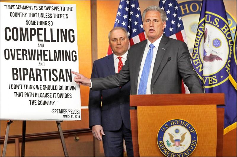 美國眾議院共和黨領袖麥卡錫(右)、眾議院共和黨黨鞭史卡利塞(左)三日為民主黨指控川普濫權辯護。(法新社)