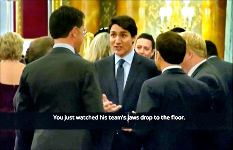 三日晚間英國女王作東的北約七十週年晚宴上,加拿大總理杜魯道(圖中)、法國總統馬克宏、英國首相強森等數名領導人,被拍到在聊天中疑似揶揄美國總統川普。(美聯社)