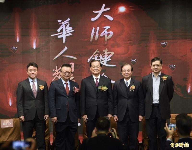 「大師鏈」4日於台北舉行國際記者會,國民黨榮譽主席連戰(中)應邀出席。左二為大師鏈創辦人莊立平。(記者羅沛德攝)