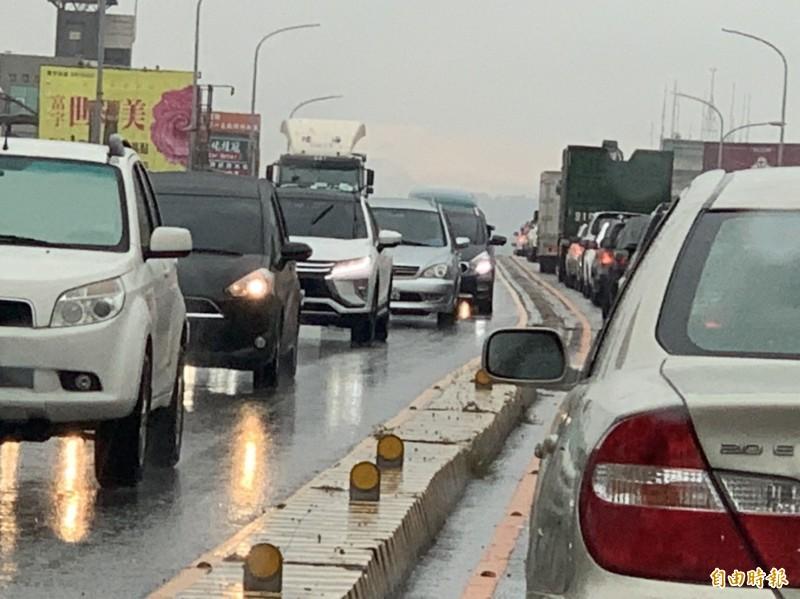 塞爆!清晨下雨彰化市中央陸橋大塞車,平常5分鐘車程變成大塞半小時。(記者湯世名攝)