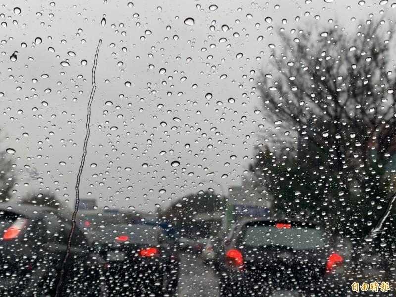 塞爆!清晨下雨彰化市中華西路大塞車,平常5分鐘車程變成大塞半小時。(記者湯世名攝)