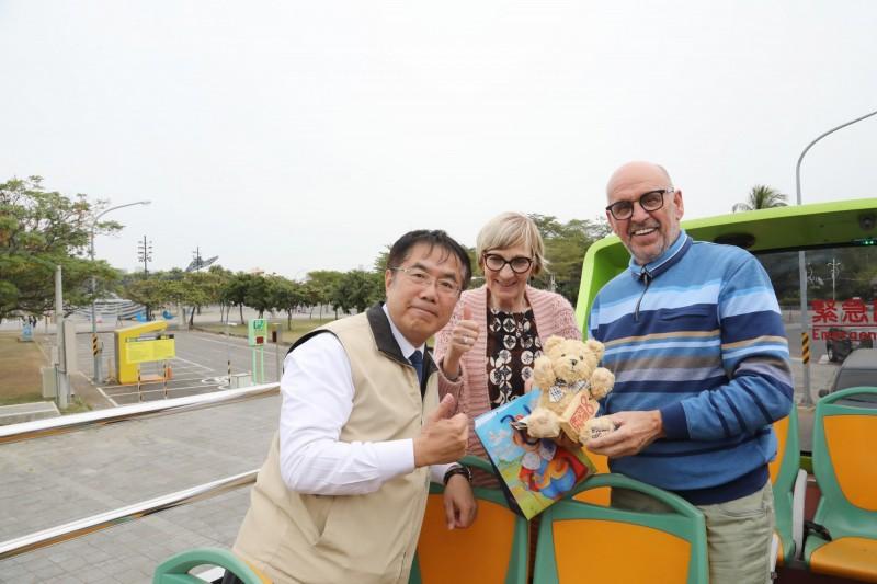台南市長黃偉哲(左)贈送泰迪熊及台南古地圖拼圖給馬丁賢伉儷,搭起國際友誼橋樑。(台南市府提供)