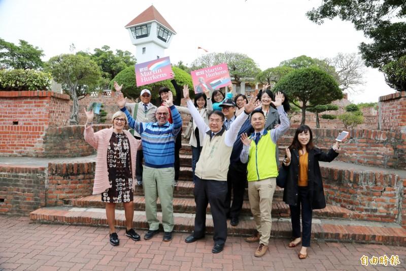 台南與荷蘭有歷史淵源,台南市長黃偉哲(中)陪馬丁賢伉儷遊安平古堡,為城市觀光作最佳國際宣傳。(記者洪瑞琴攝)