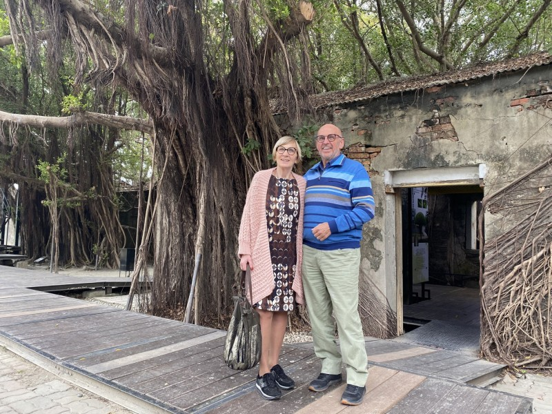 荷蘭美聲音樂家馬丁•賀肯斯(Martin Hurkens)先生賢伉儷遊安平樹屋。(台南市府提供)