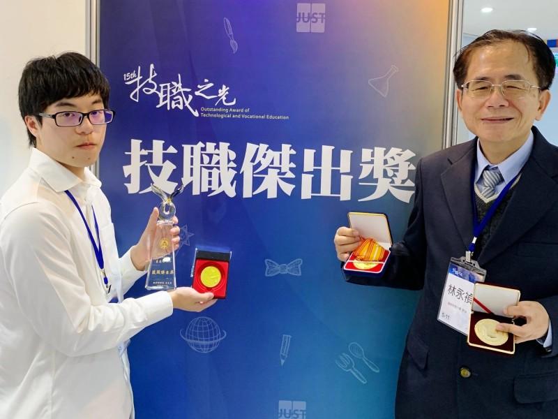 明新科大管理研究所學生盧適頎(左)在指導教授林永禎(右)的指導下,參加各大國際發明展獲獎無數,表現優異獲得第15屆技職之光的發明達人獎。(明新科大提供)