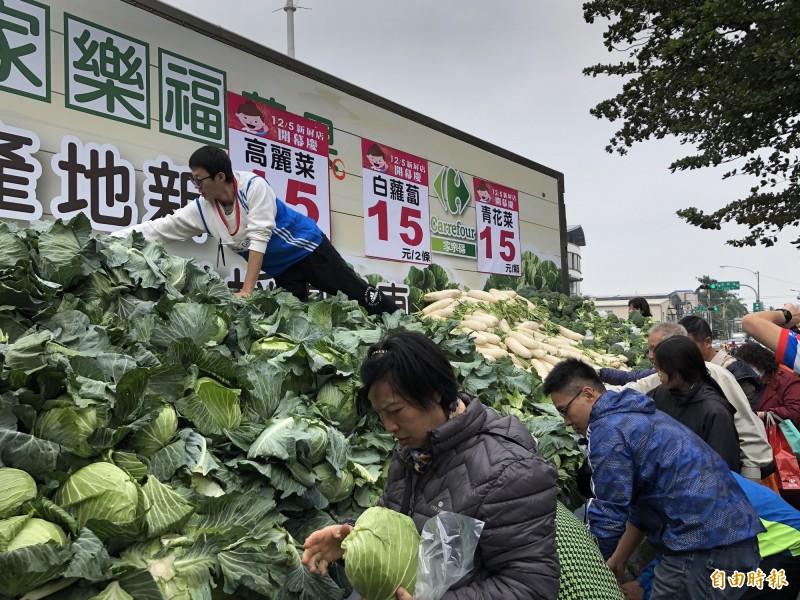 家樂福新屏店開幕,蔬菜促銷民眾大排長龍購買。(記者羅欣貞攝)