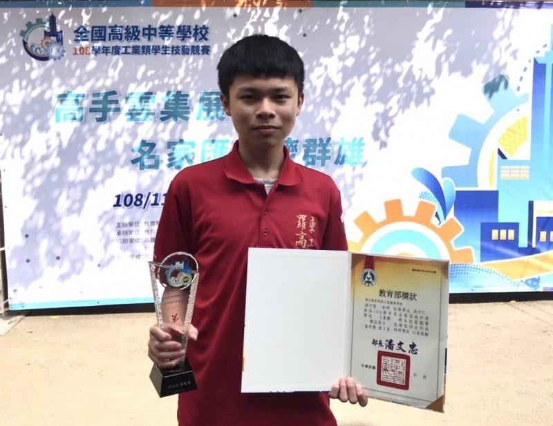 羅工吳中仁參加全國高中工業類學生技藝競賽,勇奪數位電子職類第一名。(圖由羅工提供)