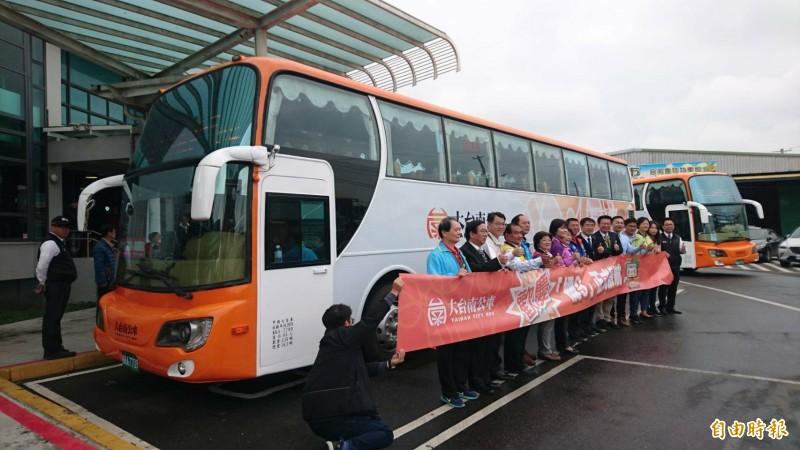大台南公車橘9「麻嘉快線」(麻豆至高鐵嘉義站)今天在麻豆轉運站上路營運,首月票價只要100元。(記者楊金城攝)