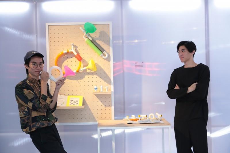 實踐大學工業產品設計學系畢業生徐敏碩(左)、吳柏翰(右)以作品「器物的聲音百科」,設計出一套學童課程,把生活萬物都拿來創造樂器,拿下金點概念設計獎年度最佳設計,未來將巡迴偏鄉國小進行教學。(台灣創意設計中心提供)