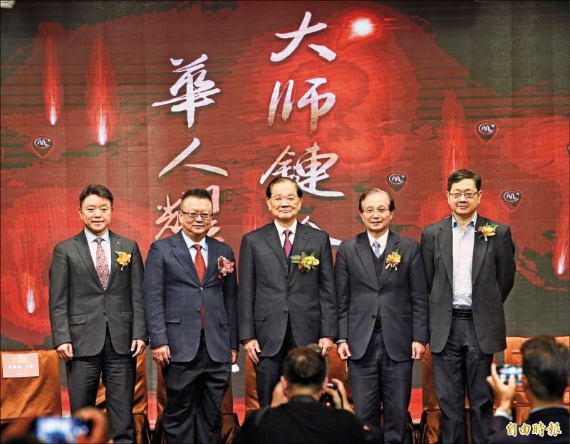 首家獲中方同意落地的台灣媒體「大師鏈」,昨於台北舉行國際記者會,國民黨前主席連戰(中)應邀出席;左二為大師鏈總裁莊立平。(記者羅沛德攝)