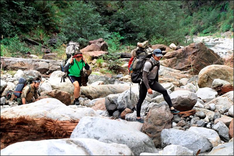 巡山員工作辛苦,每人要負責逾1400公頃國土。(資料照,林務局提供)