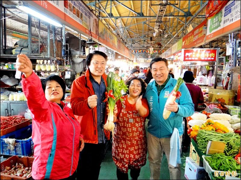 基隆市市林右昌(左二)陪同王定宇(右一)到市場掃街拜票,市場內「凍蒜」聲不斷。(記者王俊忠攝)