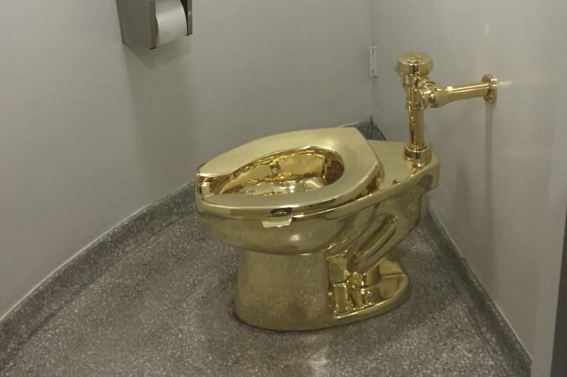 被偷走的18K純金馬桶「美國」是卡特蘭的作品。(法新社)
