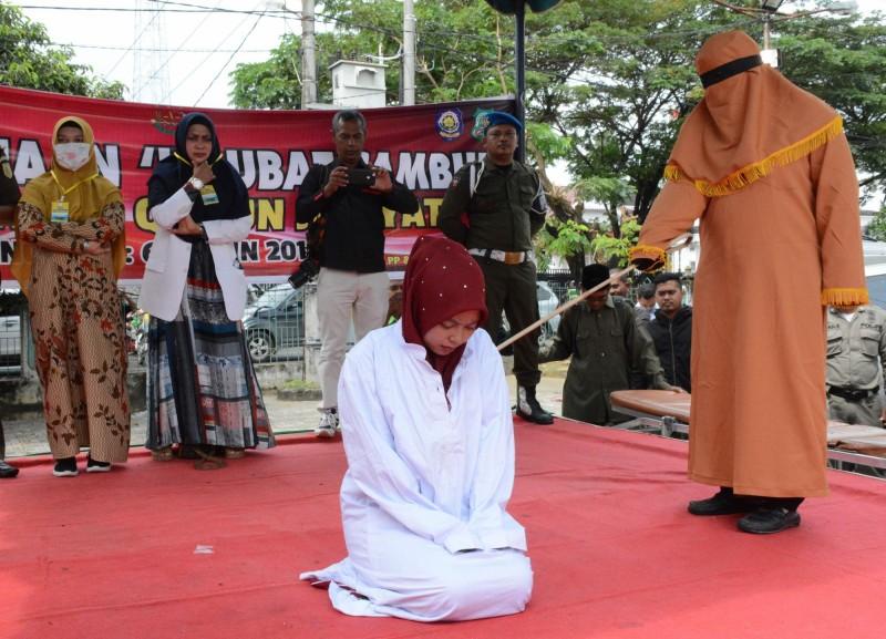 女子在亞齊Timur地區一座清真寺外被處100下鞭刑。(法新社)